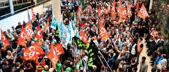 Greve nos transportes parisienses contra o projeto Macron de aumento da idade da reforma